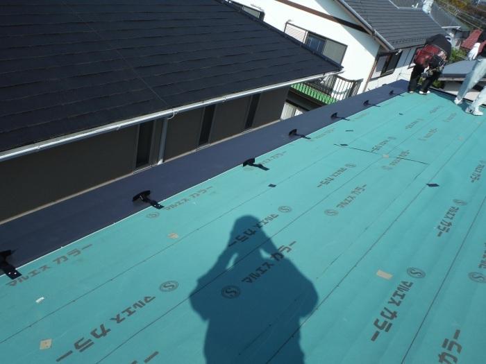 屋根工事 ~ 金属瓦の重ね葺き_d0165368_09185422.jpg