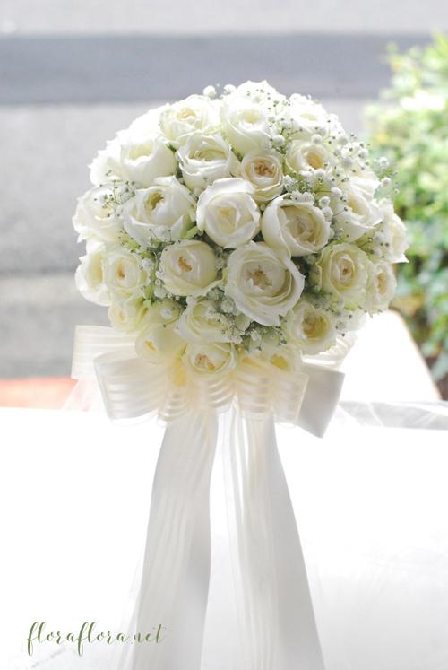 白くて丸いオールドローズタイプのバラとかすみ草のリボンブーケ  delivered to ヨコハマグランドインターコンチネンタルホテル様 東京目黒不動前フラワースタジオフローラフローラ_a0115684_02233703.jpg