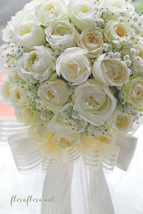 白くて丸いオールドローズタイプのバラとかすみ草のリボンブーケ  delivered to ヨコハマグランドインターコンチネンタルホテル様 東京目黒不動前フラワースタジオフローラフローラ_a0115684_02234030.jpg