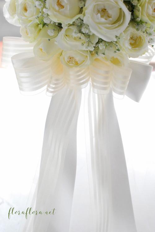 白くて丸いオールドローズタイプのバラとかすみ草のリボンブーケ  delivered to ヨコハマグランドインターコンチネンタルホテル様 東京目黒不動前フラワースタジオフローラフローラ_a0115684_02234594.jpg