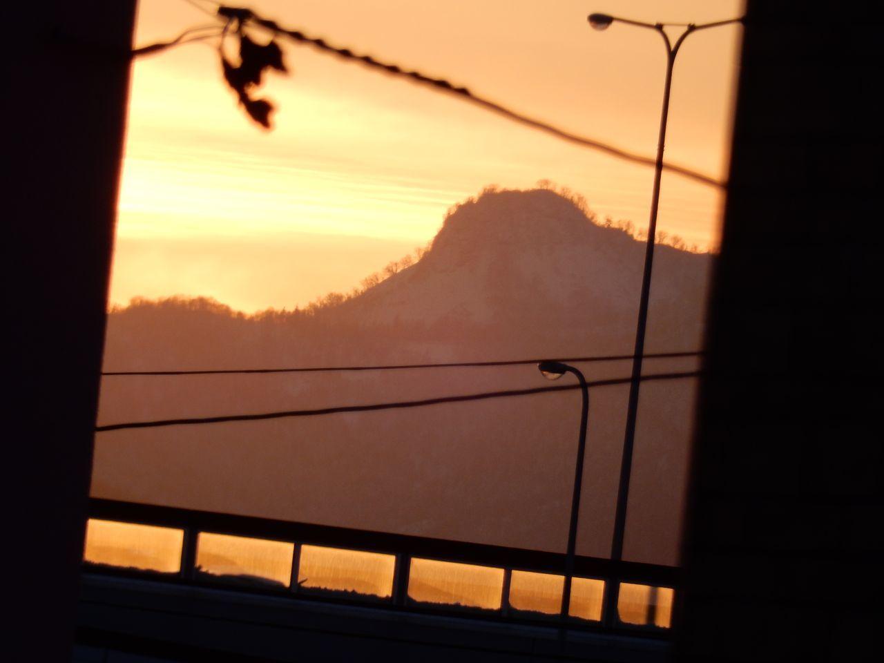 私の部屋から見える山(神威岳)_c0025115_20374195.jpg