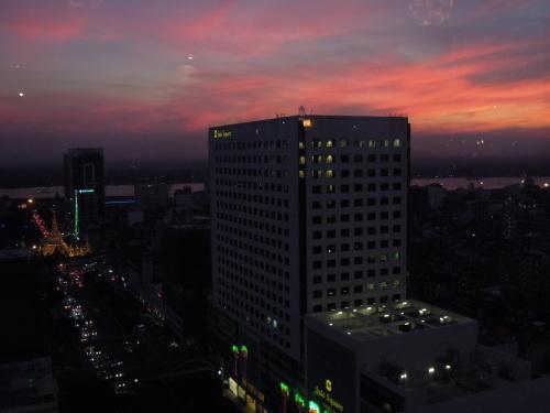 高層階から望むヤンゴンの街並み_f0055745_21214887.jpg