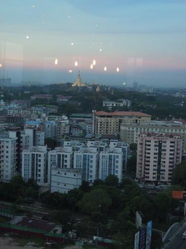 高層階から望むヤンゴンの街並み_f0055745_21214956.jpg