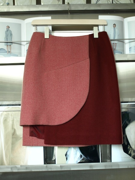 uemulo munenoliによる美しい曲線が印象的なスカート『SOFIIA』_e0122680_22412161.jpg