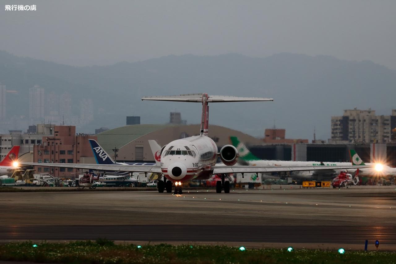 曇天と寒さと誘導灯  MD-80  遠東航空(EF)_b0313338_18374106.jpg