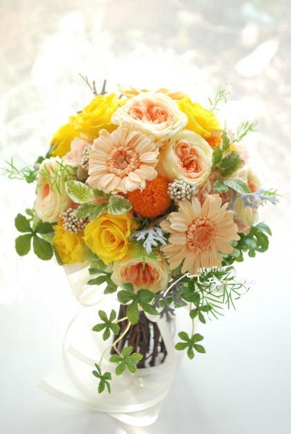 オレンジガーベラとイエローローズのクラッチブーケ!_a0136507_21274623.jpg