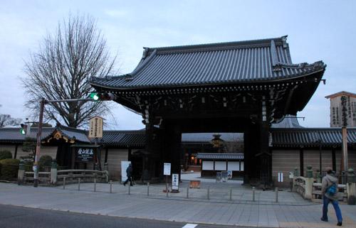 西本願寺 すす払い_e0048413_18103118.jpg