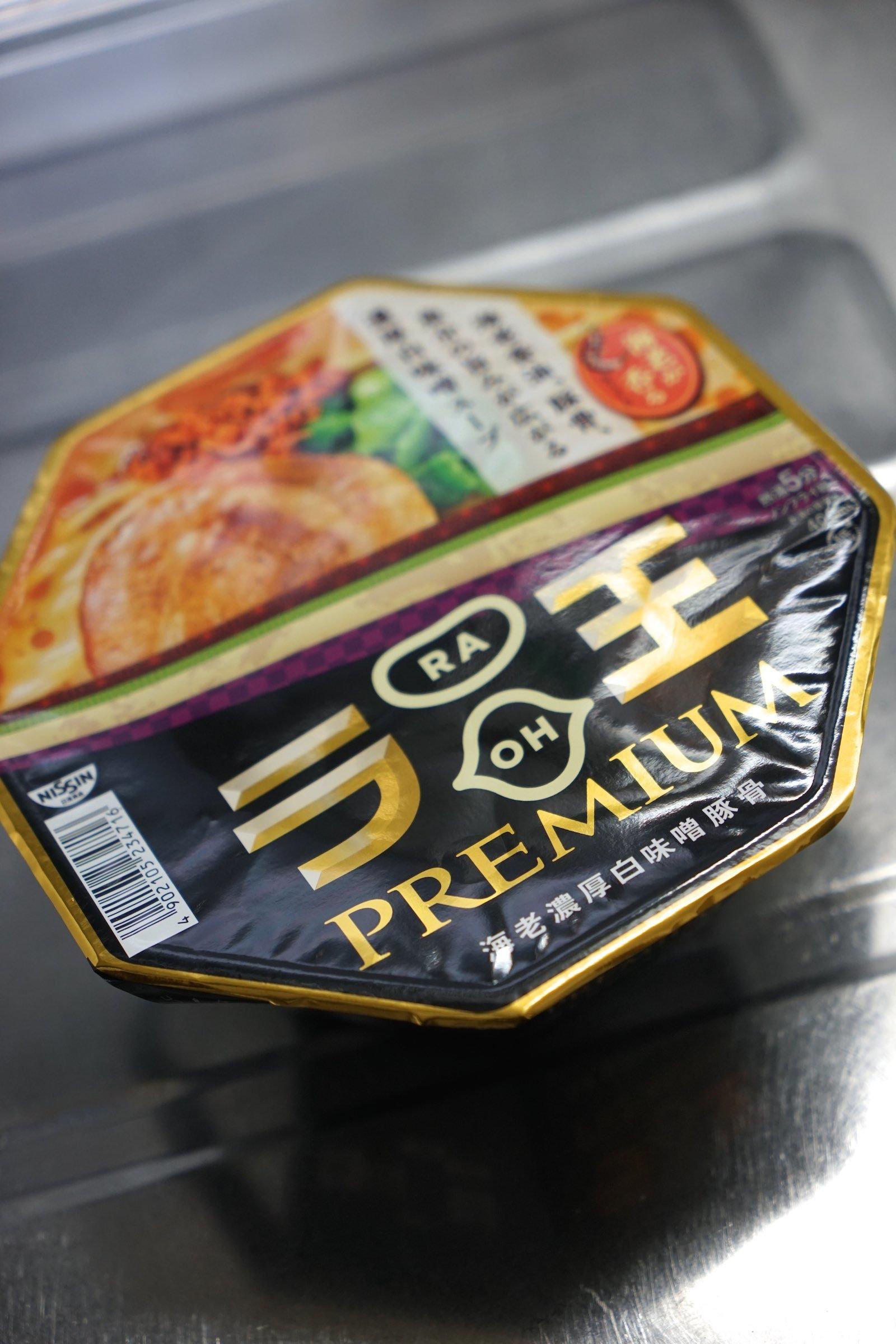 日清ラ王PREMIUM 海老濃厚白味噌豚骨_b0360240_16210031.jpg