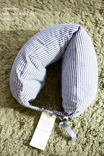 無印のネッククッションと子供の洋服_e0214646_23364773.jpg