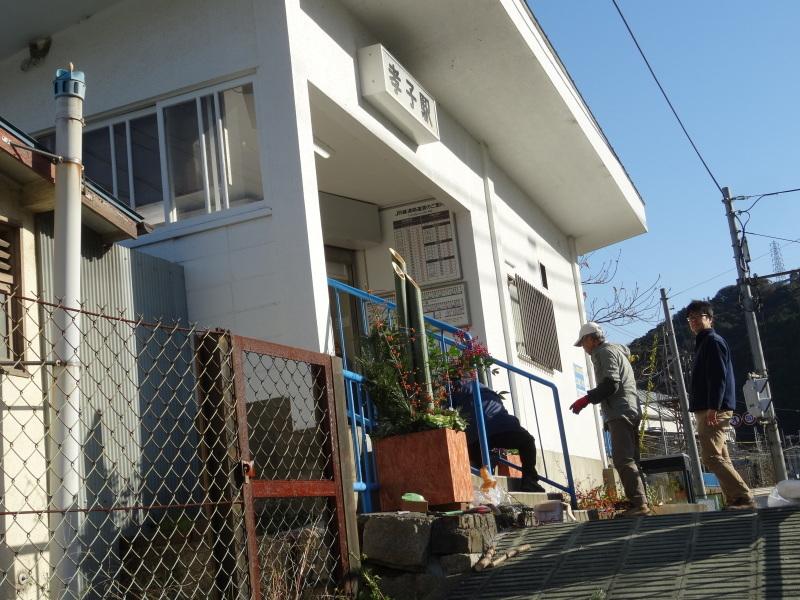 孝子駅に今年も門松を飾りました・・・みさき里山クラブ  by  (TATE-misaki)_c0108460_21491763.jpg
