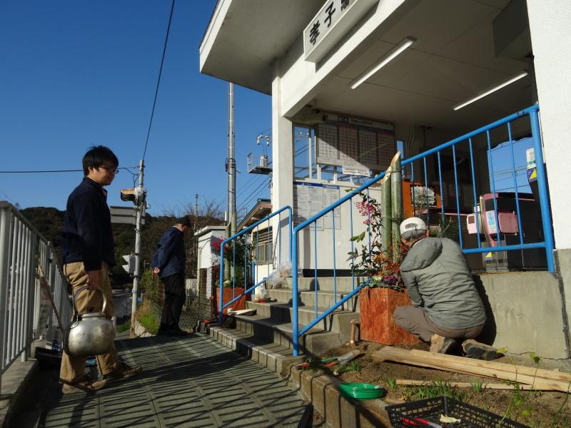 孝子駅に今年も門松を飾りました・・・みさき里山クラブ  by  (TATE-misaki)_c0108460_21493951.jpg