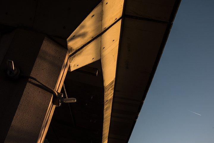 黄昏のペデストリアンデッキにまとわりつく光蜥蜴 (写真部門)_d0353489_2274338.jpg