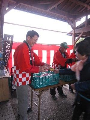 紅白餅ふるまい_c0141652_14325356.jpg