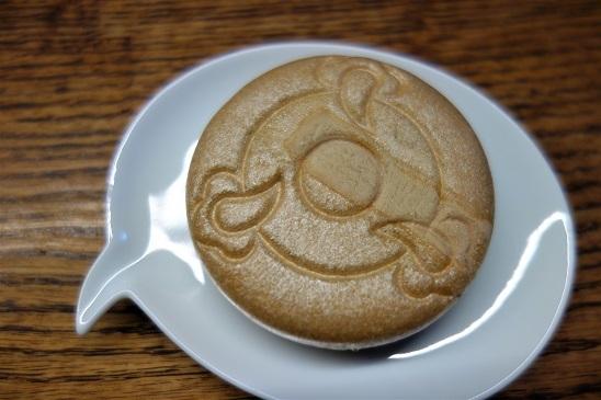 今年のシメも最中。札幌・三好屋の『クマ最中』と、金沢・森八の『蛇玉もなか』。_f0177373_21400120.jpg