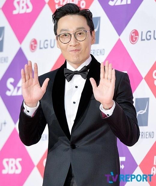 「2016 SBS演技大賞」MCイ・フィジェに批判殺到_f0378683_10531820.jpg