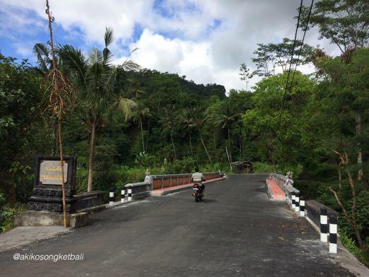 ウンダ川の橋が新しくなりました。Jembatan Baru di Sungai Unda Sidemen_a0120328_16281368.jpg