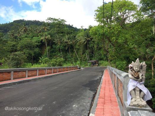 ウンダ川の橋が新しくなりました。Jembatan Baru di Sungai Unda Sidemen_a0120328_16293920.jpg