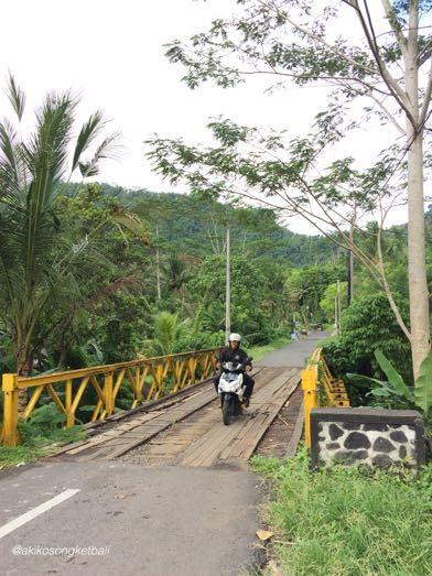 ウンダ川の橋が新しくなりました。Jembatan Baru di Sungai Unda Sidemen_a0120328_16310469.jpg