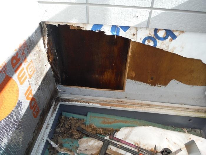 塗り替えとバルコニー補修 ~壁中の雨漏り状況。_d0165368_05245309.jpg