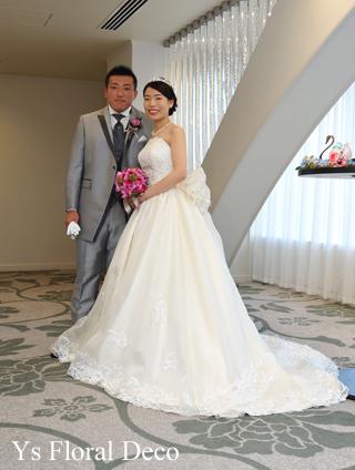 鮮やかなピンクのクラッチブーケ 白いウェディングドレスに_b0113510_20401180.jpg