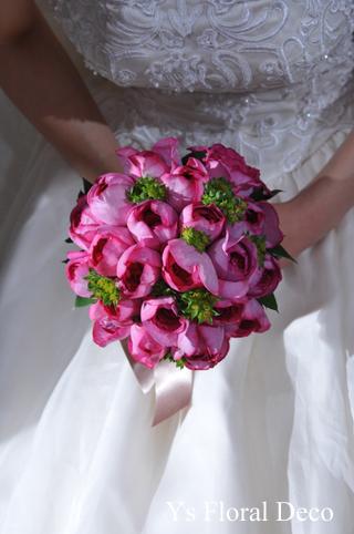 鮮やかなピンクのクラッチブーケ 白いウェディングドレスに_b0113510_20413577.jpg