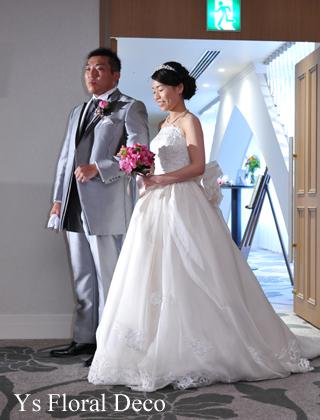 鮮やかなピンクのクラッチブーケ 白いウェディングドレスに_b0113510_20423857.jpg