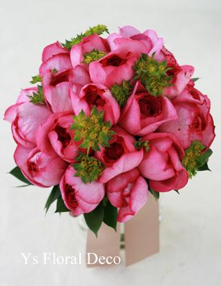鮮やかなピンクのクラッチブーケ 白いウェディングドレスに_b0113510_2044685.jpg
