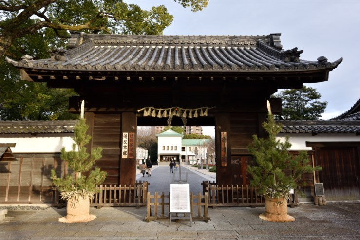 徳川園の松飾りと冬牡丹_e0170058_19022621.jpg