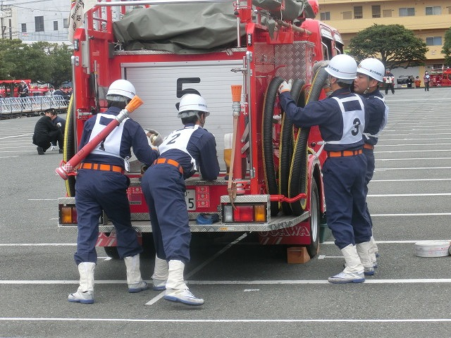 消防5分団によるポンプ車操法披露  鼻水が止まらない寒さの中の2017出初式_f0141310_8375260.jpg