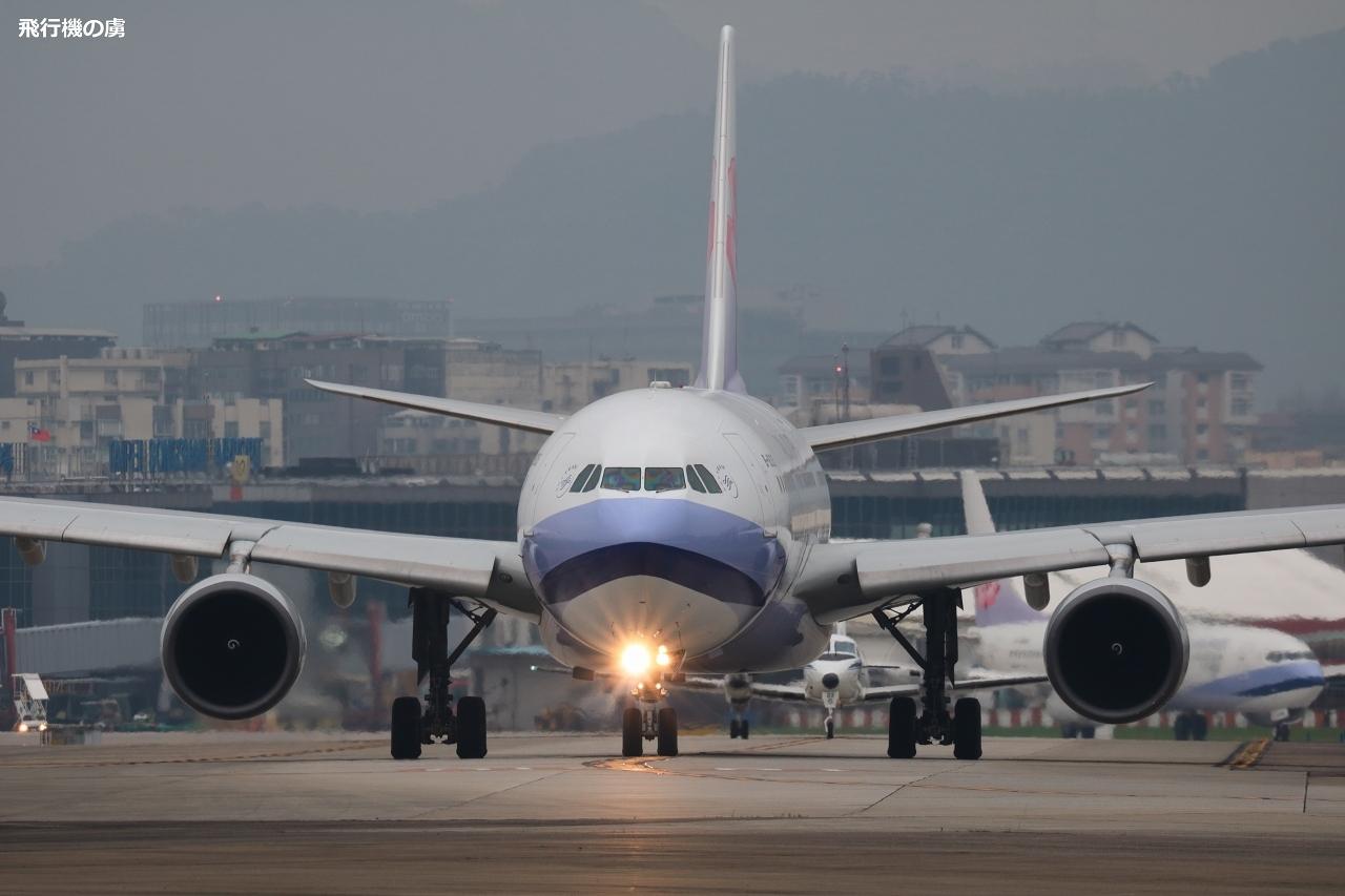 曇天の待ち  A330  チャイナエアライン(CI)_b0313338_00044326.jpg
