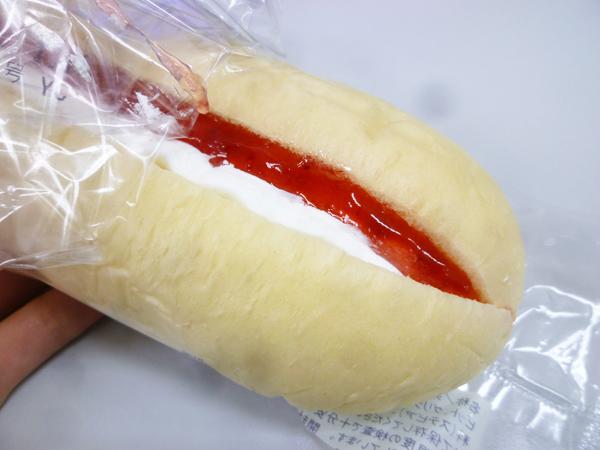 苺のロールパン@ミニストップ_c0152767_21560213.jpg