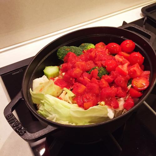 寒い日の晩ごはんは「ストウブ」でトマト海鮮鍋〜!!_e0348257_07095143.jpg