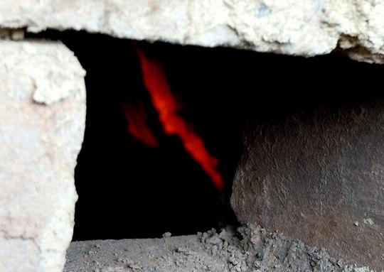 炭窯の奥に神秘的な赤が見える_b0102572_2039239.jpg