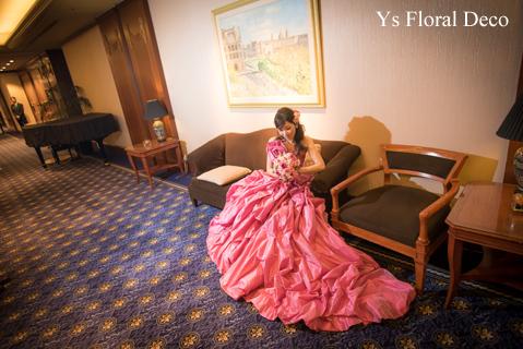 鮮やかなピンクのドレスに合わせるブーケと髪飾り_b0113510_00082740.jpg
