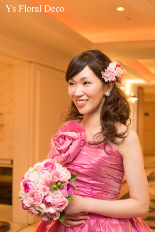 鮮やかなピンクのドレスに合わせるブーケと髪飾り_b0113510_00083943.jpg