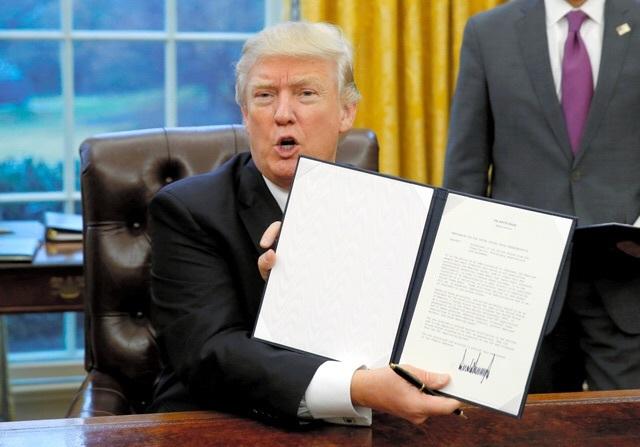 環太平洋経済連携協定(TPP)から離脱する大統領令に署名し