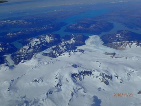 11月22日パタゴニア上空を飛んでフィッツロイ、プエルト・モレノ氷河を見下ろす_c0242406_174999.jpg