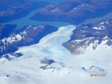 11月22日パタゴニア上空を飛んでフィッツロイ、プエルト・モレノ氷河を見下ろす_c0242406_1754827.jpg