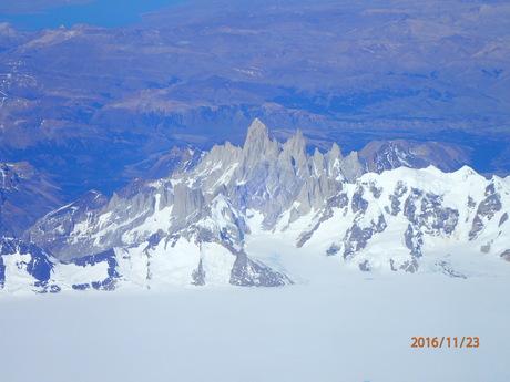 11月22日パタゴニア上空を飛んでフィッツロイ、プエルト・モレノ氷河を見下ろす_c0242406_179871.jpg