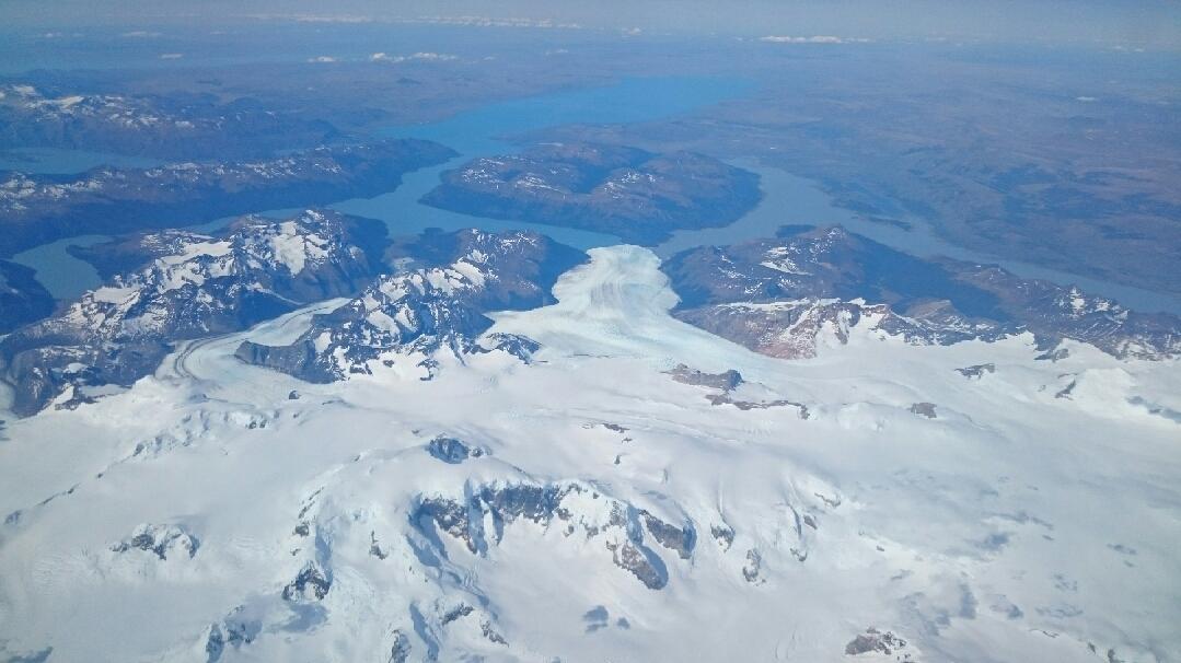 11月22日パタゴニア上空を飛んでフィッツロイ、プエルト・モレノ氷河を見下ろす_c0242406_14573223.jpg