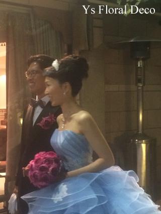 水色のドレスに 鮮やかなピンクのラウンドブーケ_b0113510_20542393.jpg