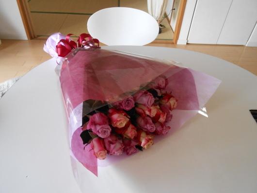 驚愕!芽キャベツの全身像。誕生日のバラに勝ってるわ〜。_a0095931_11181564.jpg