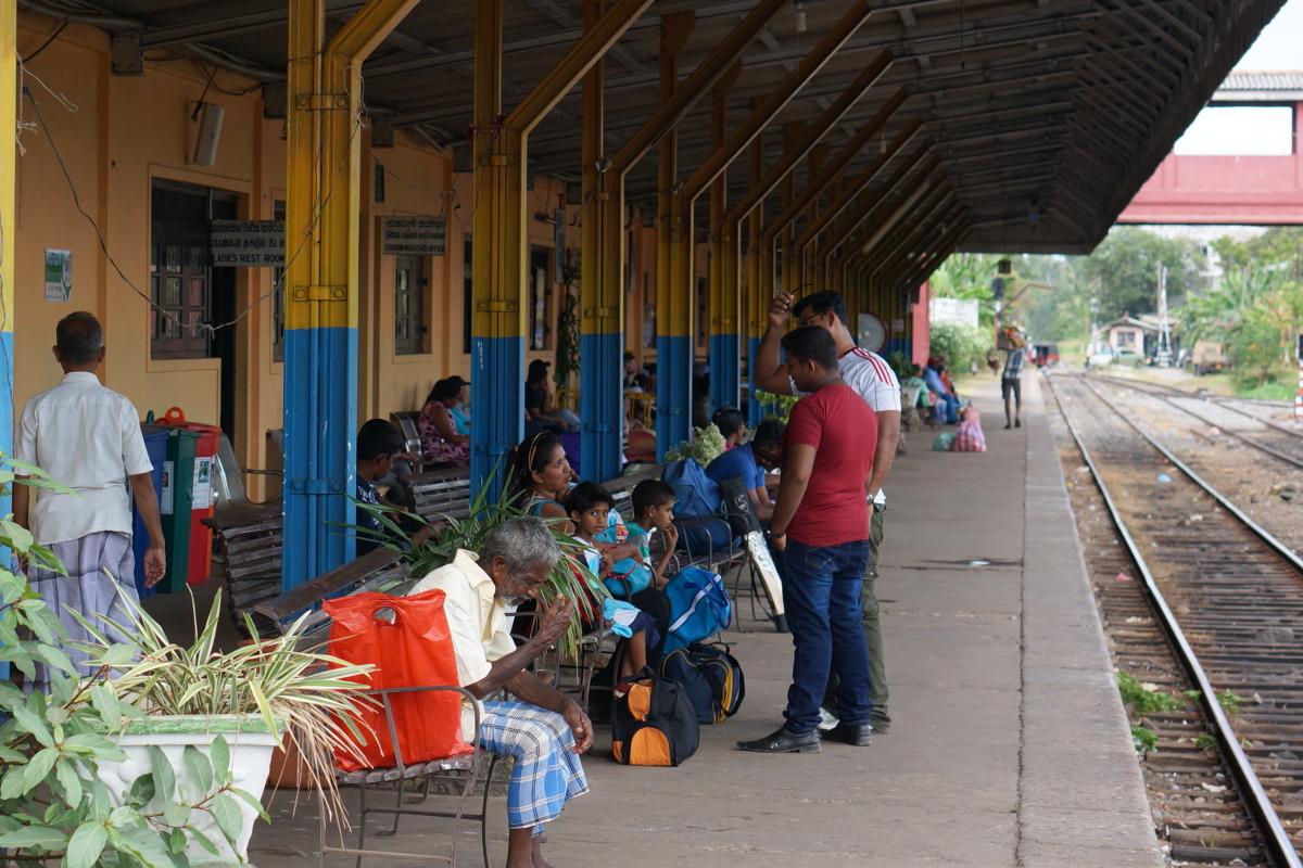 ネゴンボ  国鉄初乗り運賃は10ルピー約8円 _b0061717_23583617.jpg