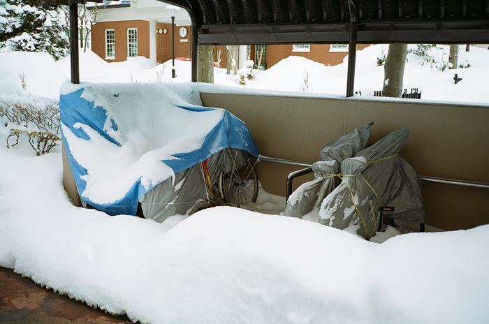 駐輪場の雪と苫小牧往還_c0182775_1712697.jpg