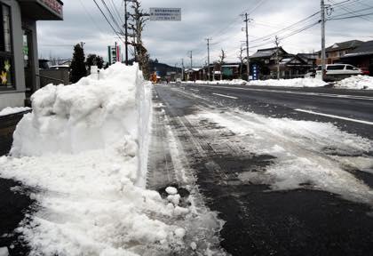 除雪後の雪で幅狭になってたスタジオ前の産業道路....._b0194185_2224213.jpg