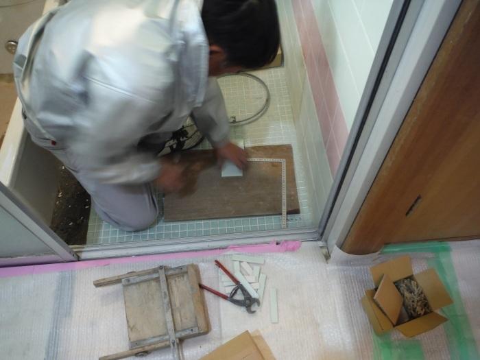 水回りを中心に床も工事 ~ 壁タイル張り_d0165368_04131792.jpg