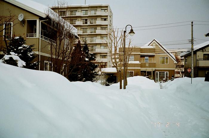 住宅街の積雪模様とさっぽろ雪まつり開催_c0182775_1734458.jpg