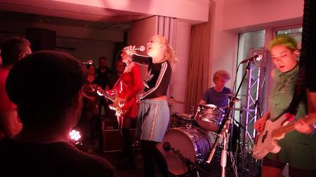 アイスランド・エアウエイブス(4)大人なフェス、ベッドルーム・コミュニティ10周年記念大コンサート&お気に入りアーティストの濃縮日、ライヴ付きヨガも!_c0003620_17385216.jpg
