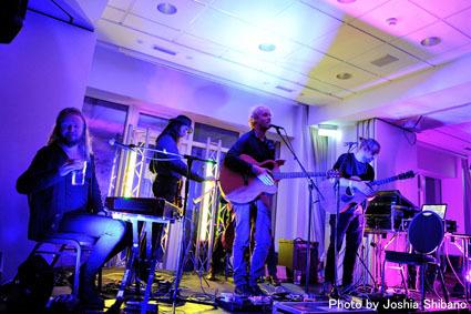 アイスランド・エアウエイブス(4)大人なフェス、ベッドルーム・コミュニティ10周年記念大コンサート&お気に入りアーティストの濃縮日、ライヴ付きヨガも!_c0003620_17400903.jpg
