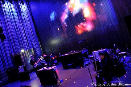 アイスランド・エアウエイブス(4)大人なフェス、ベッドルーム・コミュニティ10周年記念大コンサート&お気に入りアーティストの濃縮日、ライヴ付きヨガも!_c0003620_17425951.jpg